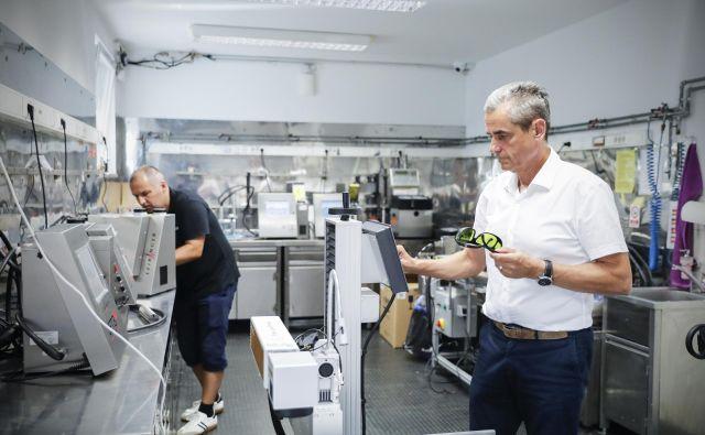 Vojko Arzenšek, direktor podjetja Adheziv, pravi, da so prvi lansirali vektorske industrijske laserske tiskalnike, kot tudi projekte sledljivosti v prehrambeni industriji. FOTO: Uroš Hočevar/Delo