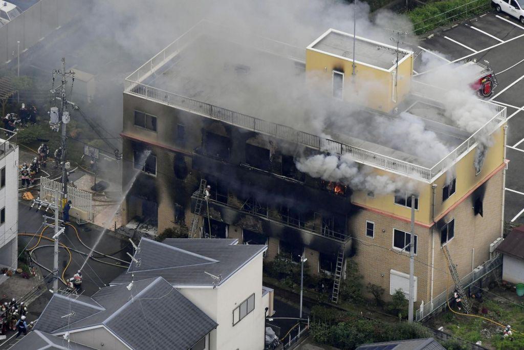 FOTO:V podtaknjenem požaru najmanj 30 mrtvih in več ranjenih (VIDEO)