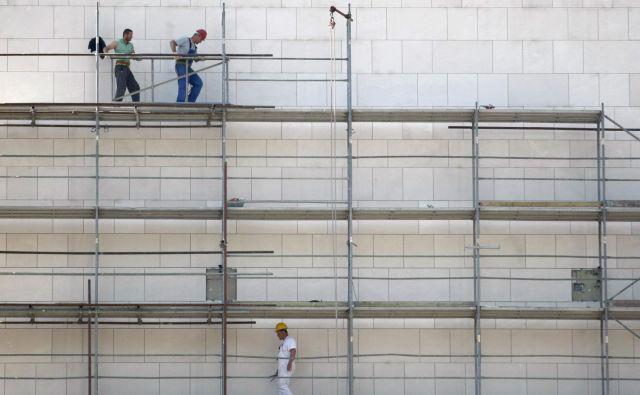 Z izdajo gradbenih dovoljenj v prvi polovici leta je bilo predvidenih 1716 stanovanj ali za osem odstotkov več kot s tistimi, ki so bila izdana v istem obdobju lani; njihova površina naj bi bila večja za tri odstotke. FOTO: Roman Šipić/Delo