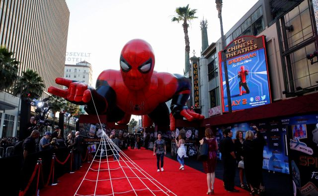 """FILE PHOTO: A giant spider-man balloon is seen above the red carpet along a closed Hollywood Blvd. outside the TCL Chinese Theatre for the World Premiere of Marvel Studios' """"Spider-man: Far From Home"""" in Los Angeles, California, U.S., June 26, 2019. REUTERS/Danny Moloshok/File Photo Foto Danny Moloshok Reuters"""