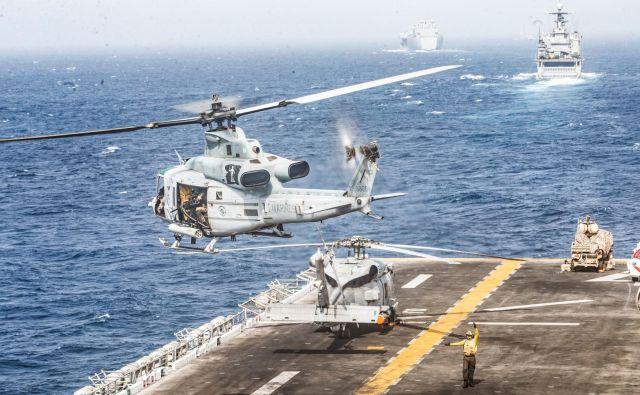 Vojaški helikopter vzleta z vojaške ladje USS Boxer FOTO: Reuters