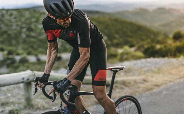 Po prodajalnah po vsem planetu smo pobrskali, kaj je trenutno modno in v katere znamke se kolesarji najraje oblačijo.Foto Albert Gallego Rabert/Scott