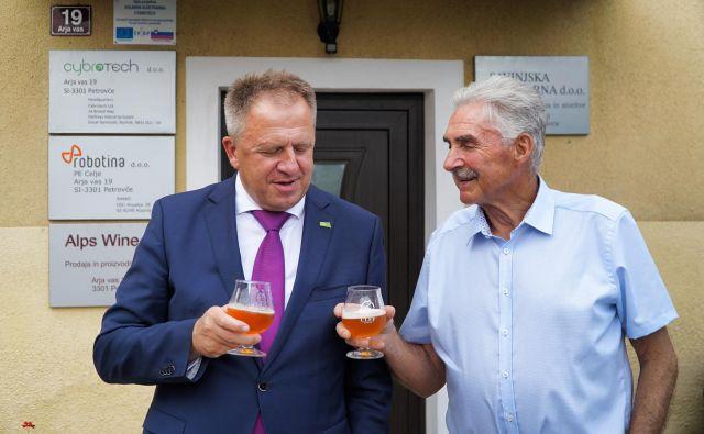 Minister Zdravko Počivalšek in Franci Žužej, najstarejši moški na družinskem posestvu s hmeljišči in zdaj tudi proizvodnjo piva. FOTO: Brane Piano