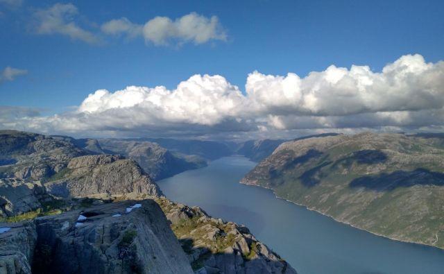 Z vrha Preikestolna se odpre čudovit razgled na 42 kilometrov dolg Lysefjord. FOTO: Mojca Finc