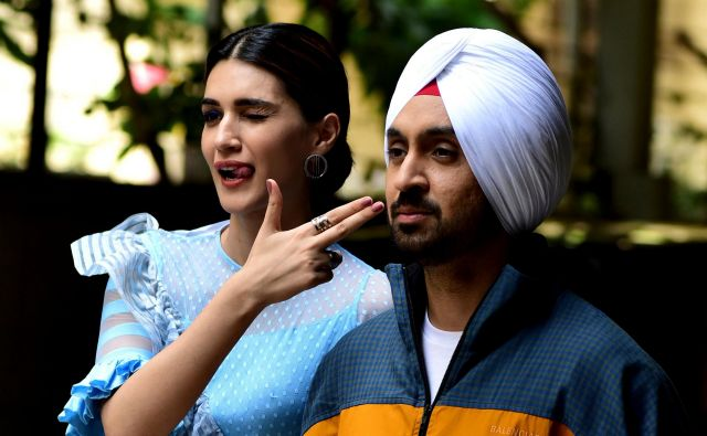 Bollywood actress Kriti Sanon (L) and actor Diljit Dosanjh pose for photographs during the promotion of their upcoming romantic comedy Hindi film 'Arjun Patiala' in Mumbai on July 19, 2019. (Photo by Sujit Jaiswal / AFP) Foto Sujit Jaiswal Afp