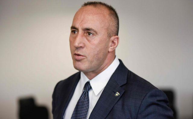 »Poklicali so me s posebnega sodišča kot osumljenca in mi ponudili, da se zglasim kot premier ali kot navaden državljan Kosova. Odločil sem se za slednje,« je<strong> </strong>Ramush Haradinaj povedal novinarjem. FOTO: Armend Nimani/AFP