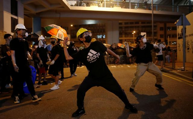 Včeraj so v Hongkongu takole protestirali proti spornemu zakonu o izročanju osumljenih oseb Kitajski. FOTO: Reuters