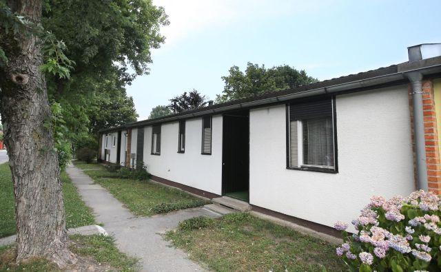 Murgle so v mnogočem izjemno naselje: nekoč cenene montažne pritlične hiše, a atrijske, zgodaj pejorativno poimenovane kar »Dachau«. Foto Igor Zaplatil