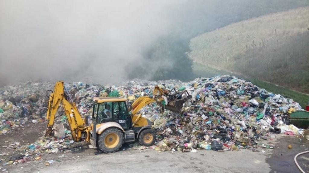 Gasilci omejili požar na deponiji v Dragonji, gašenje potrebno tudi ponoči