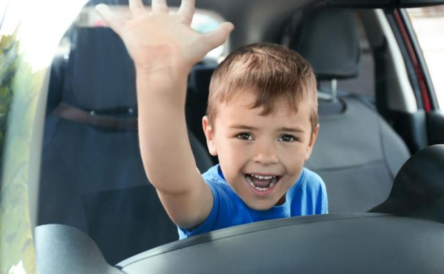 Otrok zaprt v avtu Foto Shutterstock