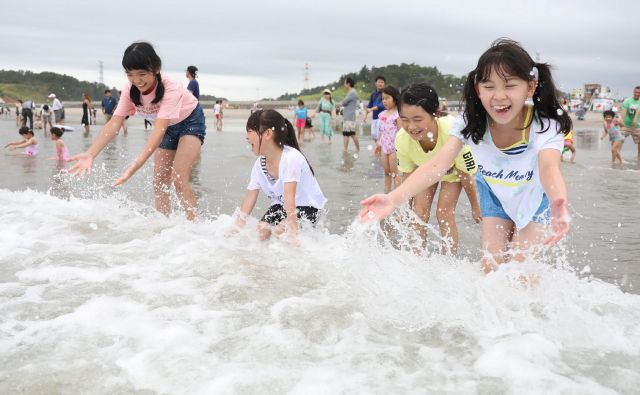 V vodo se je danes podala navdušena množica. FOOT: AFP