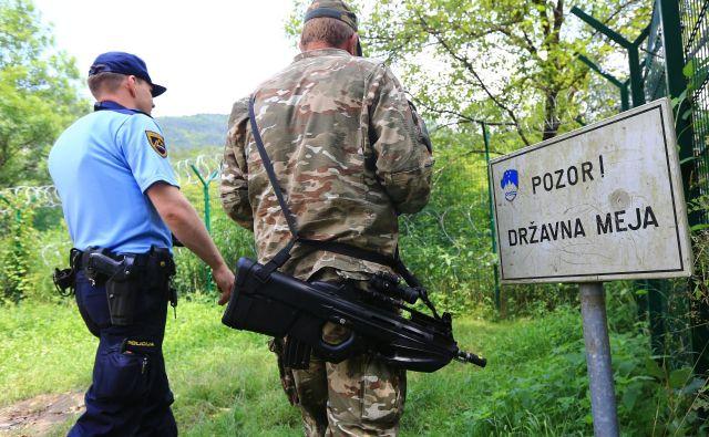 Vojaki od novembra 2015 s policijo sodelujejo tudi pri postavljanju in vzdrževanju začasnih tehničnih ovir. FOTO: Tomi Lombar