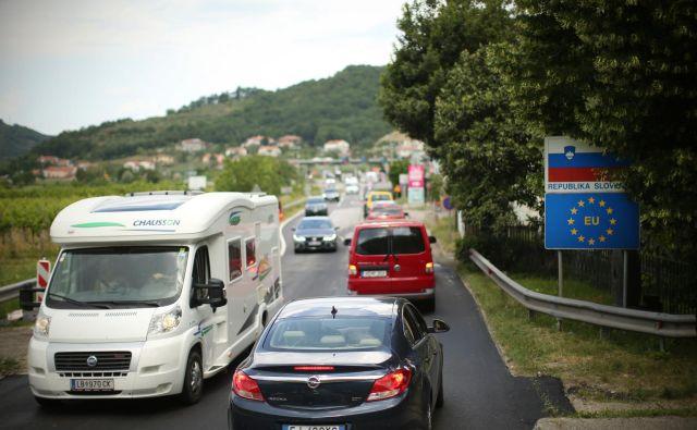 Danes velja omejitev prometa tovornih vozil, katerih največja dovoljena masa presega sedem ton in pol med 8. in 21 uro, na primorskih cestah do 22. ure. FOTO: Jure Eržen