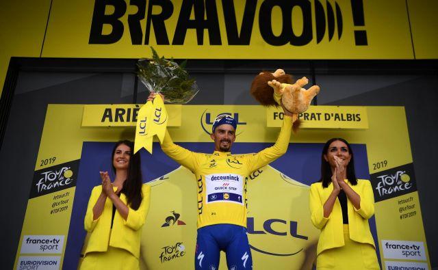 Francozi so navdušeni, ker v zadnji teden dirke vstopajo z rojakom na prvem mestu, toda Julian Alaphilippe svari, da ga čaka še peklenskih šest dni. FOTO: AFP