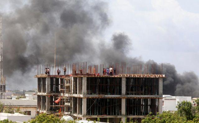Bomba je eksplodirala pred hotelom v bližini mednarodnega letališča, nato pa je sledilo še streljanje. FOTO: Feisal Omar/Reuters