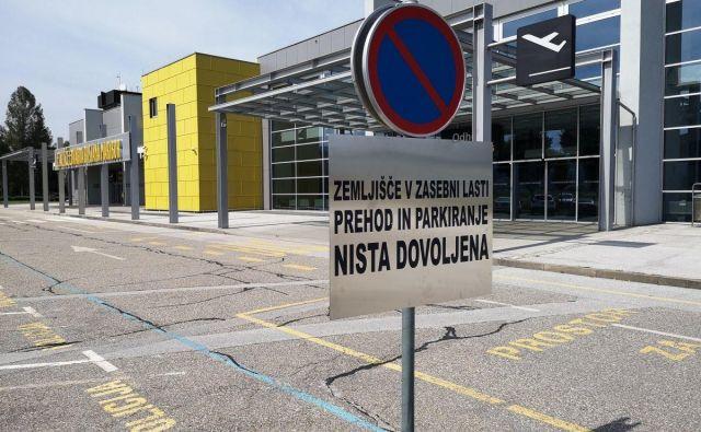 Stari upravljavec Aerodrom Maribor je z opozorilnimi tablami omejil dostop do letališča. FOTO: Mariborinfo