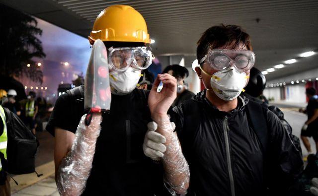 Nedeljske proteste je zaznamovalo nasilje nad protestniki na postaji podzemne železnice na severu mesta. Vsaj 45 ljudi je moralo poiskati zdravniško pomoč. FOTO: AFP