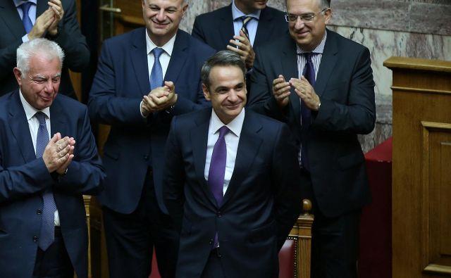 Aplavz ministrov nove vlade premieru Micotakisu. FOTO: Costas Baltas/Reuters