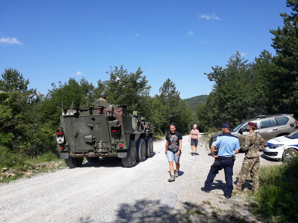 FOTO:Vojska na meji pomaga policiji tudi z oklepniki