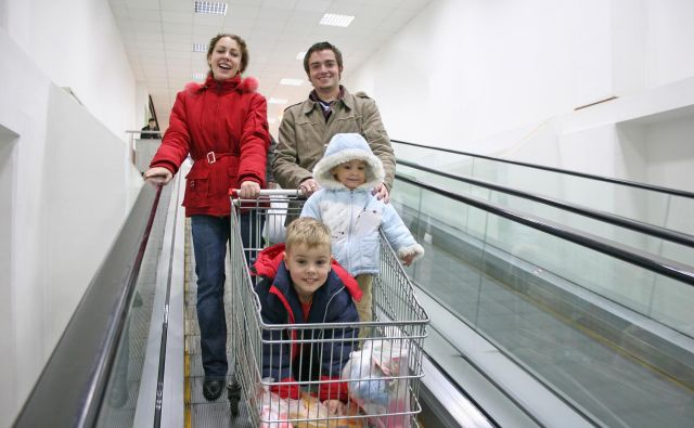 family on shop elevator Foto Unknown