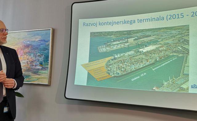 Predsednik uprave Luke Dimitrij Zadel predstavlja podaljšanje prvega pomola za kontejnerje. Foto Boris Šuligoj
