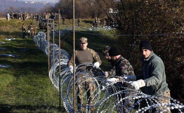 Tako so ograje postavljali novembra 2015. FOTO: Matej Družnik/Delo