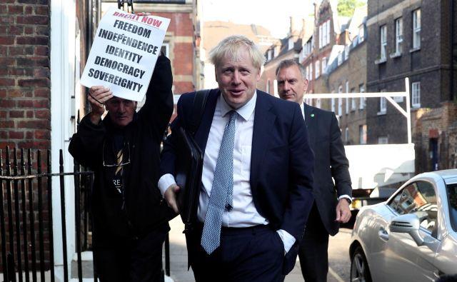 Boris Johnson bo jutri tudi uradno prevzel vodenje britanske vlade. FOTO: Hannah McKay/Reuters