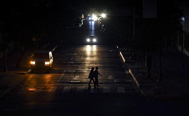 Tudi Caracas je ostal brez elektrike. FOTO: Yuri Cortez/AFP
