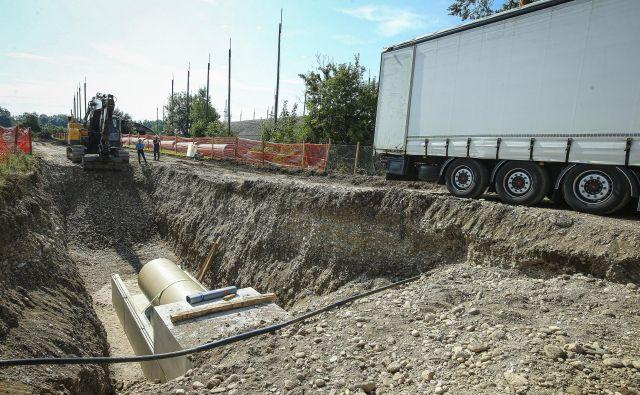 Kanal v betonsko kineto - ta je dodaten zaščitni ukrep za zmanjšanje vpliva morebitnega puščanja - trenutno polagajo nekaj sto metrov stran od varovane parcele. Foto Jože Suhadolnik
