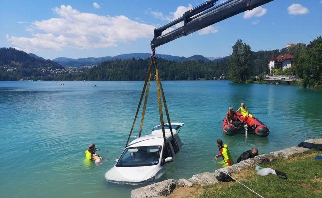 Reševanje vozila iz Blejskega jezera. FOTO: Gabrijel Mezan/Gasilci Bled