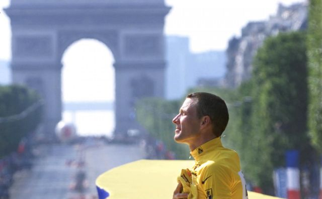 Leta 1999 se je Armstrongova zgodba začela kot pravljica, tri leta pred tem je prebolel raka na modih in z zmago na Touru dokazal, da je tudi po tako hudi bolezni profesionalna kariera še mogoča.<br /> FOTO: Reuters