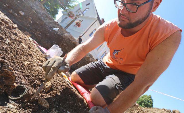 Miha Kalan, študent arheologije, je pravkar odkril obsenčni obesek.