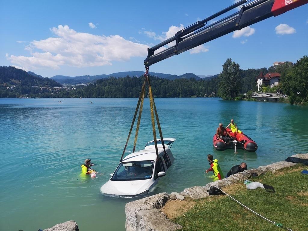 FOTO:Prižgano vozilo se je samo »zapeljalo« v Blejsko jezero
