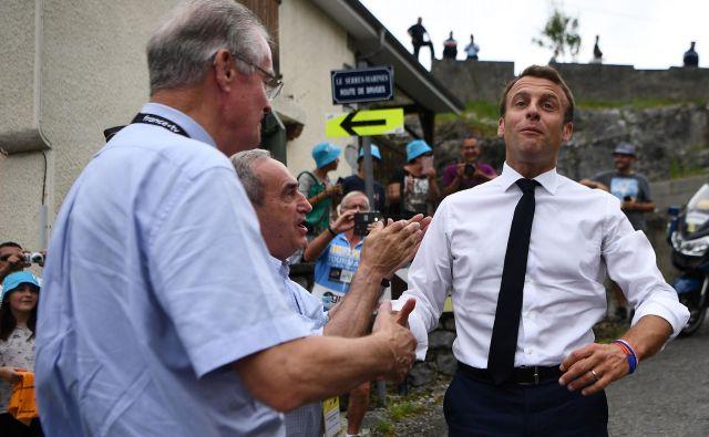 Francoski predsednik Emmanuel Macron si krajša poletje v družbi volivcev, že jeseni pa ga čakajo novi izzivi. Foto AFP