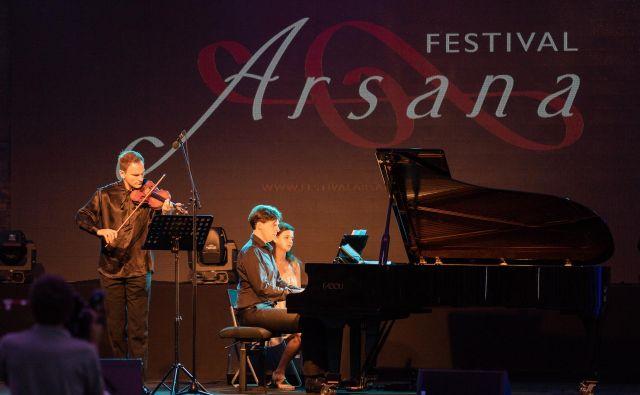 Šarmantni Stefan Milenkovich je ob spremljavi pianista Vladimirja Miloševića očaral občinstvo na Ptuju.<br /> Foto Albin Bezjak