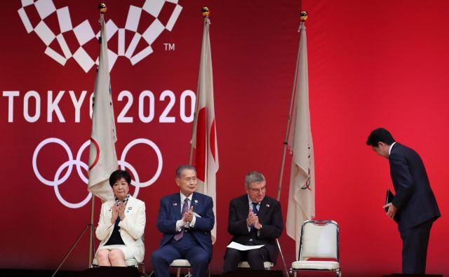 Natanko leto pred igrami so se uradno srečali predsednik japonske vlade Šinzo Abe, župan Tokia Juriko Koike in Thomas Bach, predsednik MOK. FOTO AFP<br />