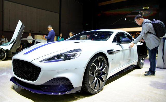 Čeprav se Aston Martin podaja tudi med proizvajalce električnih avtomobilov, pa po oceni analitikov v razvoju zaostaja za drugimi luksuznimi avtomobilisti. Foto: Aly Song/Reuters
