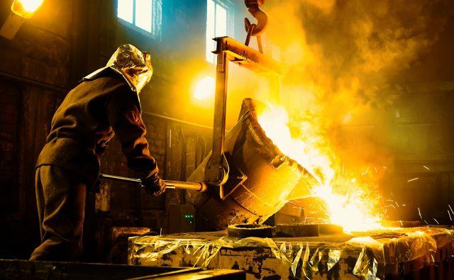 Niso vsa delovna mesta enako toplotno obremenjena in marsikje bi lahko s sistemi, ki jih razvijajo tudi na inštitutu Jožefa Stefana, razbremenili delavce in ohranili produktivnost.  Foto Shutterstock