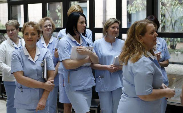 Strah medicinskih sester, da bi z novo pogodbo za zahtevnejše delo dobile nižjo plačo, je menda odveč. FOTO: Blaž Samec/Delo