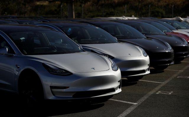 Tesla model 3 je električni avtomobil, s katerim poskuša ameriško podjetje doseči večjo množičnost in z njo boljše poslovanje.<br /> Foto Reuters
