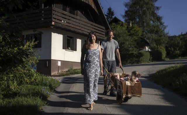 Klara in Gregor Šubic sta se odločila, da bosta, dokler otroka ne gresta v šolo, večino časa posvetila njima. FOTO: Voranc Vogel