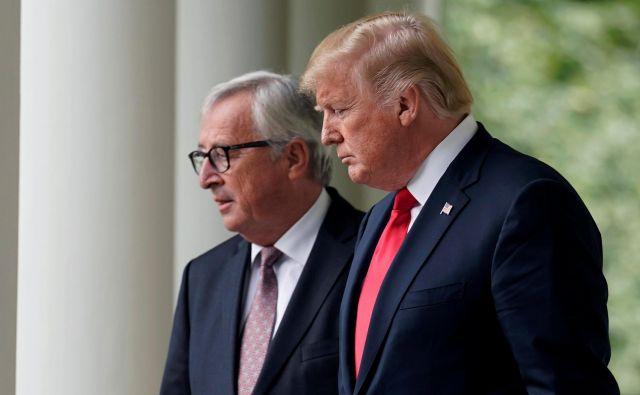 Ameriški predsednik Donald Trump in predsednik evropske komisije Jean-Claude Juncker med njunim srečanjem julija lani. Foto REUTERS/Joshua Roberts