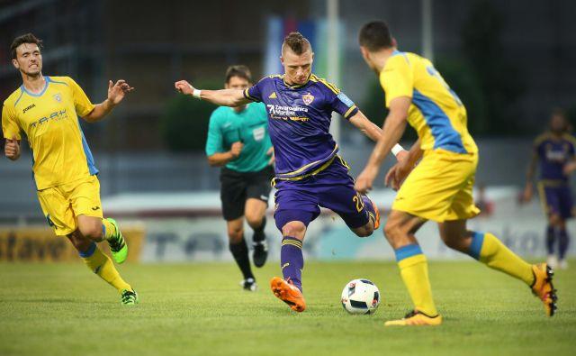 Dare Vršič (v vijoličastem) je okrepil nogometaše Kopra. FOTO: Jure ErŽen