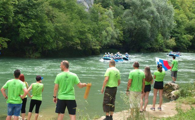Zvesti navijači iz Straže so po svetu prepoznavni po zelenih majicah.