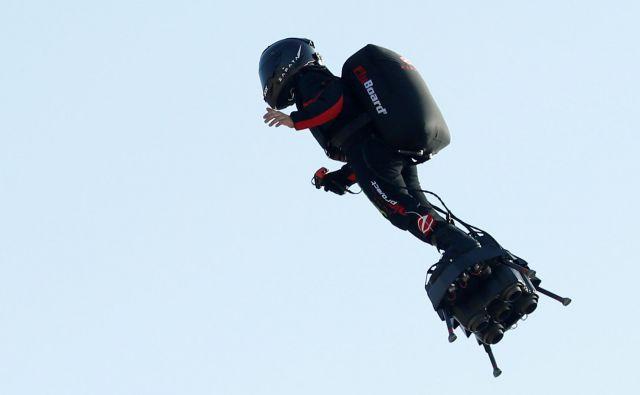 Franky Zapata je letel med 15 in 20 metrov nad morjem. FOTO: Pascal Rossignol/Reuters