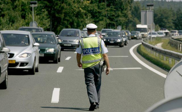 Ker policisti ne morejo biti vedno v bližini, je treba poskrbeti za samozaščito. FOTO: Roman Šipić/Delo
