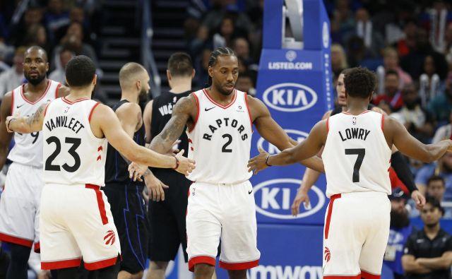 Kyle Lowry (desno) je letos s Torontom osvojil naslov prvakov v ligi NBA, zdaj bo ob Kembi Walkerju glavni zvezdnik v reprezentanci ZDA na SP. FOTO: Reuters