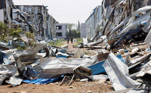 TOPSHOT - Houses damaged by a tornado are seen at an industrial park in Kaiyuan in China's northeastern Liaoning province on July 4, 2019. - A tornado has left six people dead and nearly 200 injured after ripping through a northeastern Chinese city, local authorities said on July 4. (Photo by STR / AFP) / China OUT Foto Str Afp