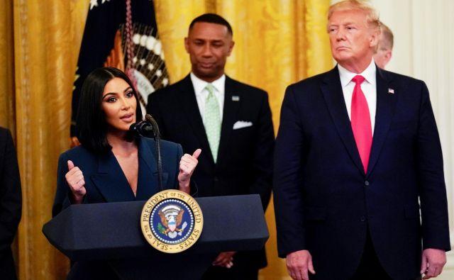 Kim Kardashian med junijskim nastopom s predsednikom Donaldom Trumpom. FOTO:Kevin Lamarque/Reuters