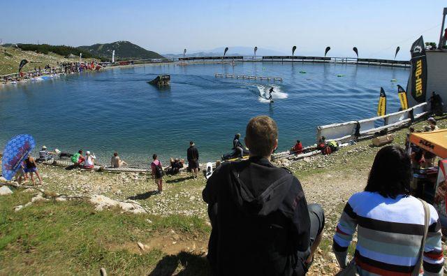 Jezero Zvoh je v preteklosti že gostilo nevsakdanje dogodke. FOTO: Leon Vidic/Delo